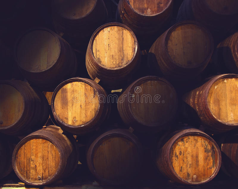 Fila dei barilotti di legno del portwine bruno fulvo (porto) in cantina, Oporto, Portogallo immagine stock libera da diritti