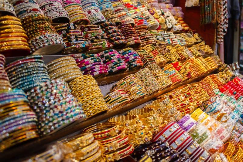 Fila dei braccialetti indiani tradizionali variopinti differenti fotografia stock