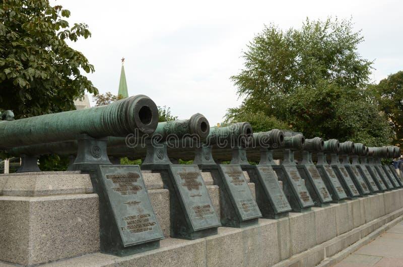 Fila dei cannoni dentro il Cremlino di Mosca fotografie stock