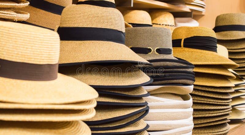 Fila dei cappelli sugli scaffali fotografie stock libere da diritti