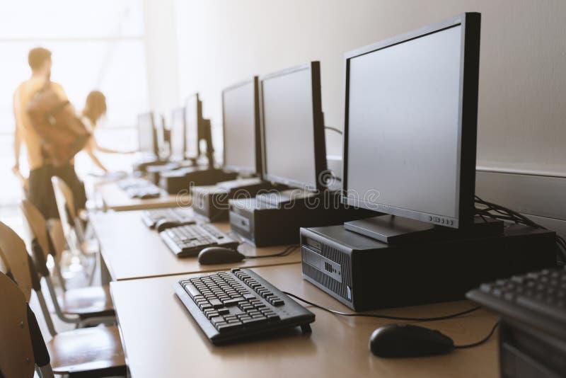 Fila dei desktop computer in aula fotografia stock libera da diritti