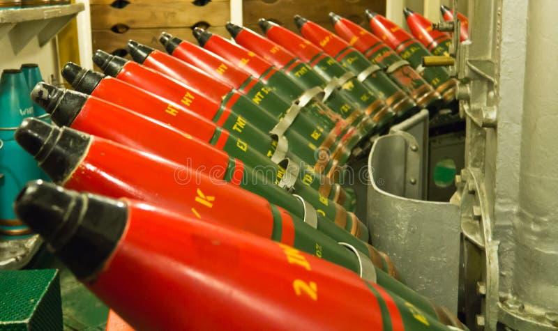 Fila dei proiettili di artiglieria navali per la pistola della piattaforma immagine stock