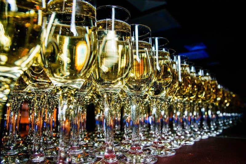Fila dei vetri del champagne sulla fine della barra su fotografia stock