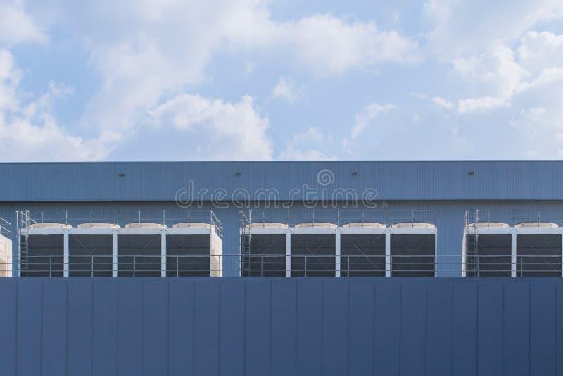 Fila del acondicionador de aire de unidades del tejado de los refrigeradores de la HVAC imagen de archivo