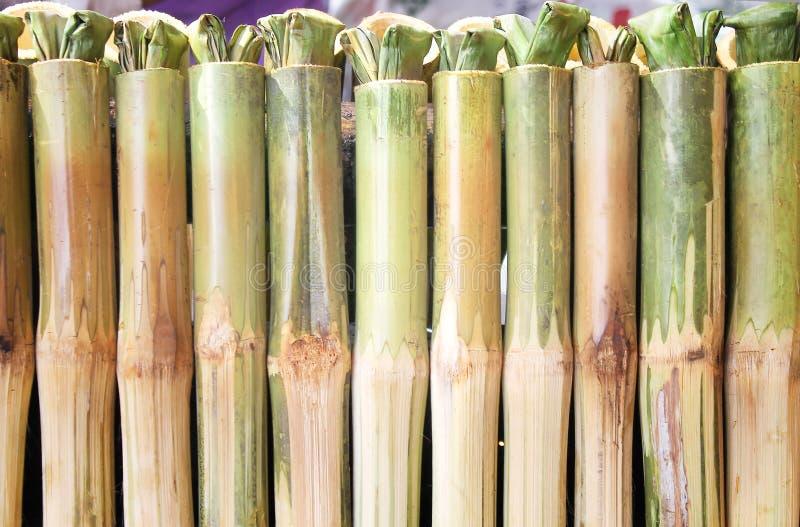 Fila del arroz pegajoso asada en las juntas de bambú, arroz pegajoso sabroso con leche de coco dulce en bambú imagenes de archivo