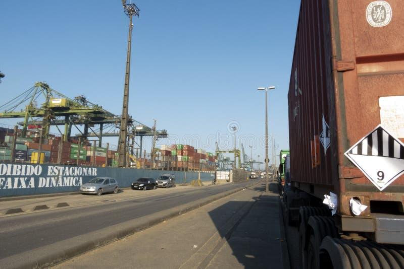 Fila del camión en el puerto de Santos imagenes de archivo