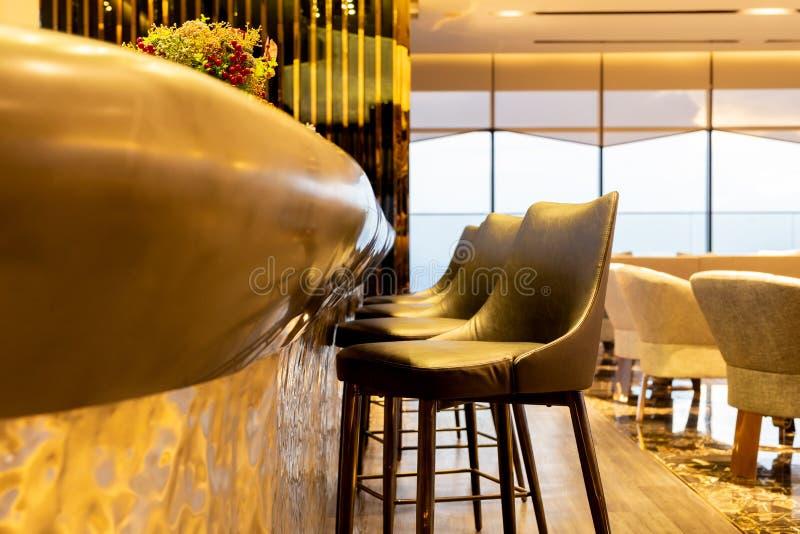 Fila del diseño interior de la silla de cuero moderna de los taburetes en salón de lujo fotos de archivo libres de regalías
