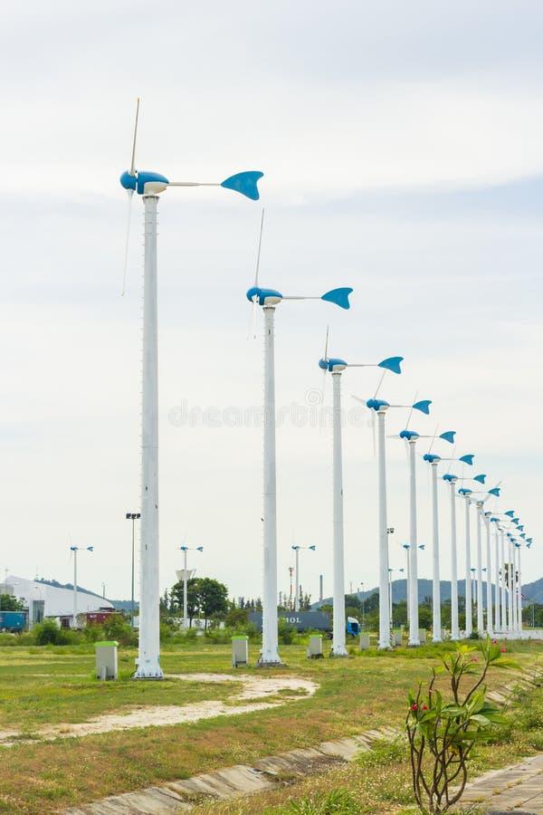 Download Fila del generatore eolico fotografia stock. Immagine di tecnologia - 55357972
