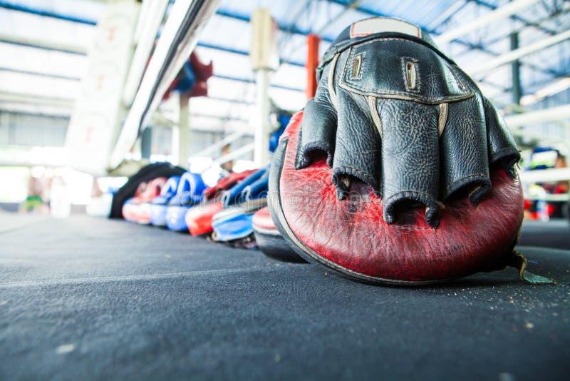 Fila del guante tailandés del cojín del sacador del foco de la blanco del entrenamiento del mitón del boxeo encendido fotografía de archivo libre de regalías