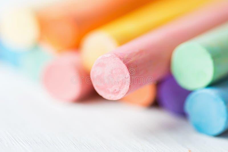 Fila del manojo de los creyones multicolores de las tizas en el fondo blanco Concepto de la creatividad de los artes de los artes foto de archivo