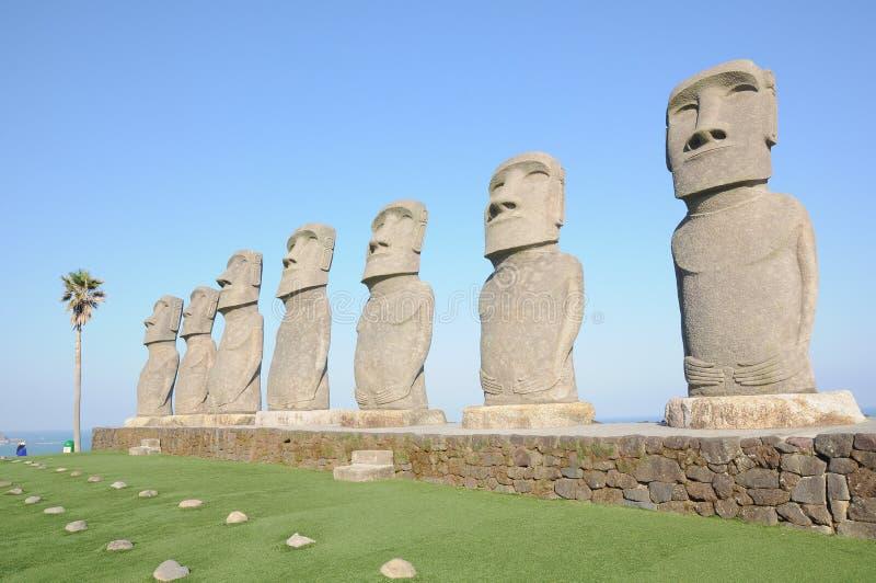 Fila del moai in Kyushu fotografie stock