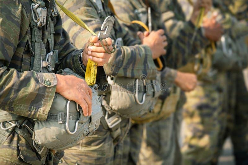Fila del paracaidista en la línea estática h del control T-10 del uniforme del camuflaje fotos de archivo