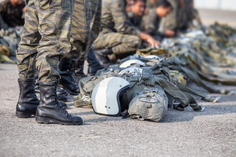 Fila del paracaidista en recurso seguro del uniforme del camuflaje con el parac t-10 foto de archivo