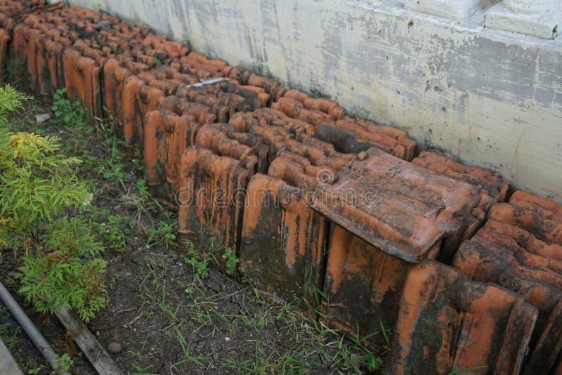Fila dell'annata tradizionale restante Clay Roof Tile rosso immagini stock libere da diritti