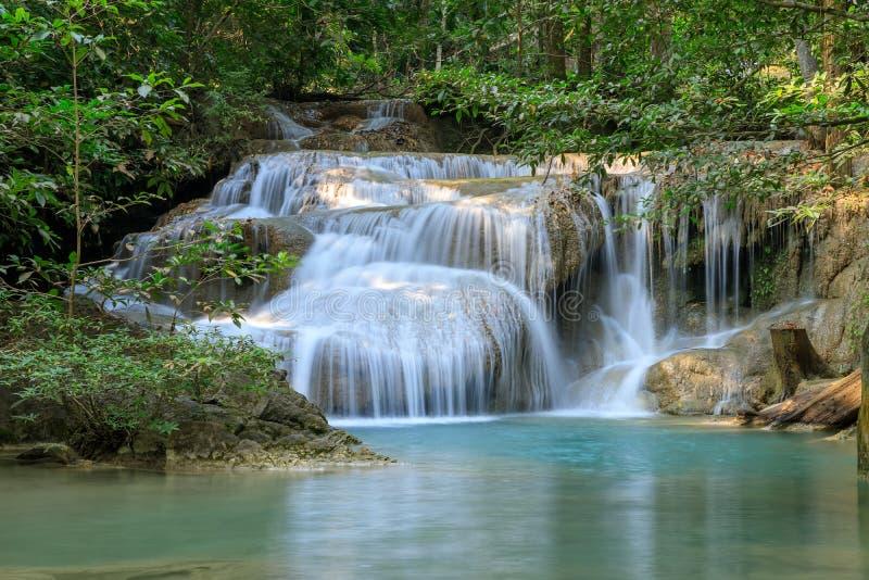 Fila 1 della cascata di Erawan, in parco nazionale a Kanchanaburi, la Tailandia fotografia stock libera da diritti