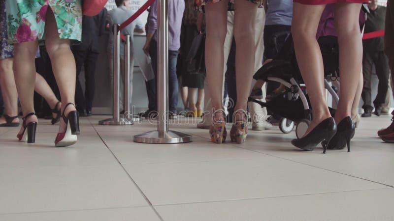 Fila della gente che aspetta in un aeroporto Piedi della gente nella linea all'aeroporto fotografia stock libera da diritti