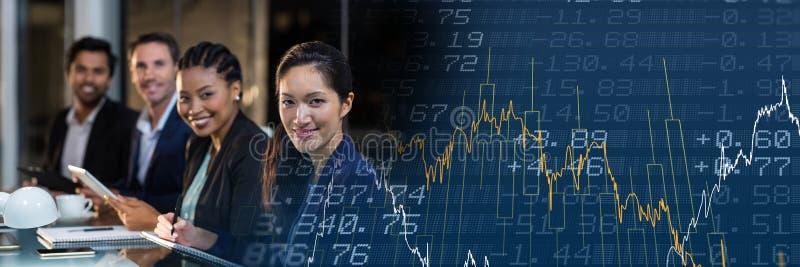 Fila della gente di affari con la transizione blu del grafico di finanza immagine stock