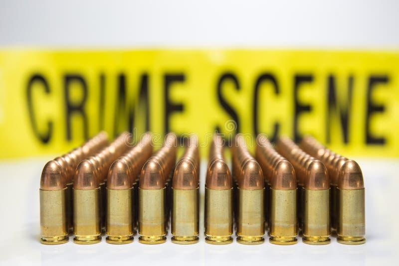 Fila della pallottola con il fondo del nastro della scena del crimine fotografie stock libere da diritti