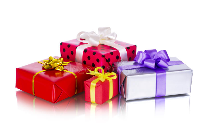 Fila della raccolta dei contenitori di regalo variopinti con gli archi, isolata su bianco fotografie stock libere da diritti