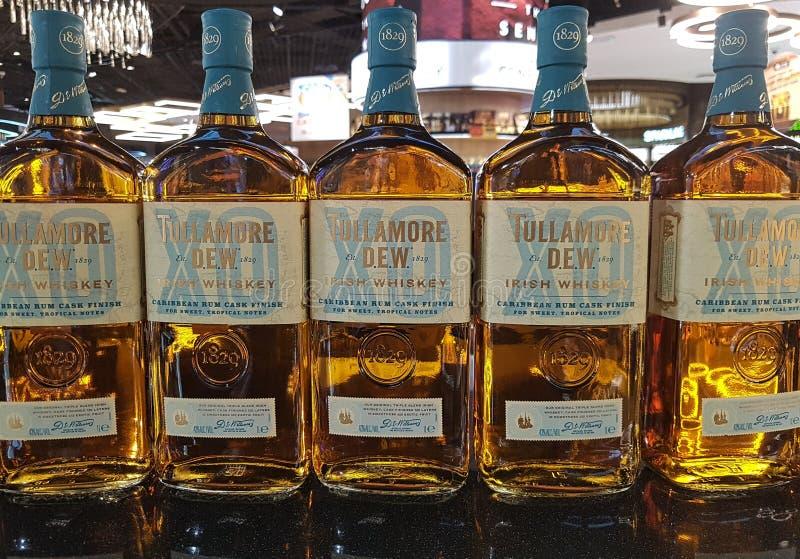 Fila della rugiada di Tullamore, whiskey irlandese Riserva speciale con rivestimento caraibico del barile del rum immagine stock