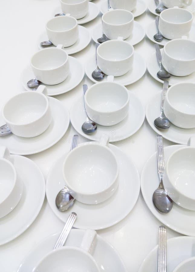 Fila della tazza di caffè con il cucchiaino fotografie stock