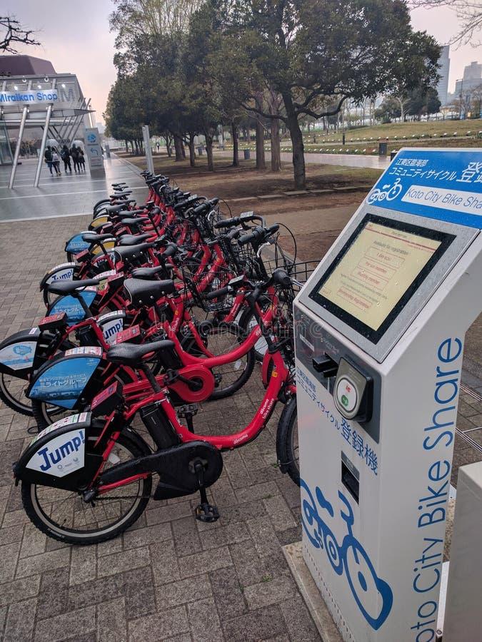 Fila delle bici per affitto, chiosco della parte della bici immagini stock