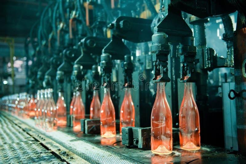 Fila delle bottiglie di vetro arancio calde fotografie stock libere da diritti