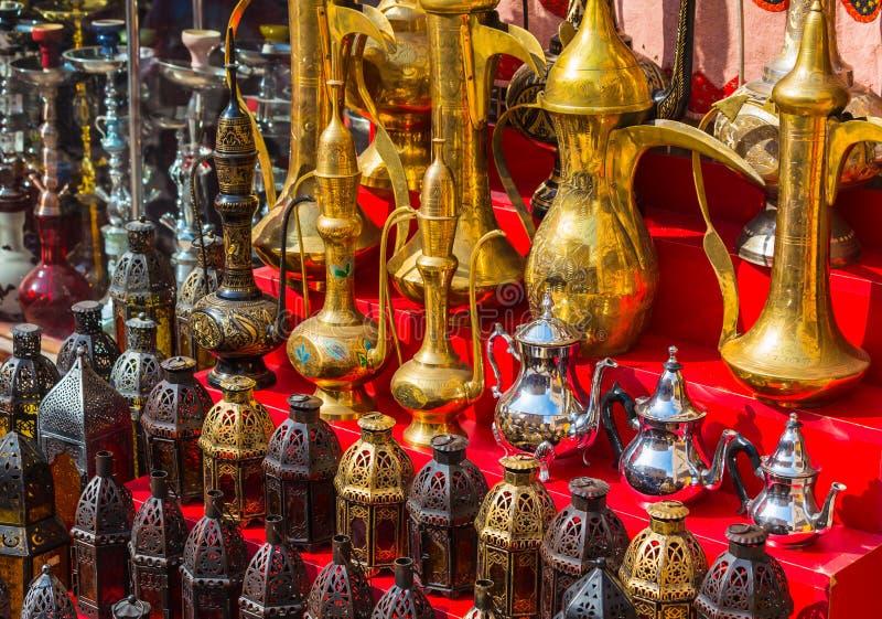 Fila delle caffettiere e della lampada tradizionali brillanti immagine stock