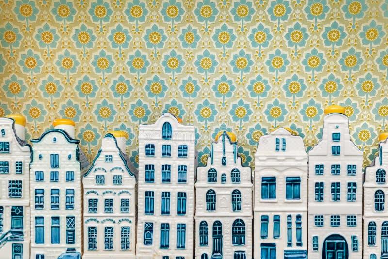 Fila delle case miniatura blu del canale di Amsterdam della porcellana del ricordo fotografia stock libera da diritti