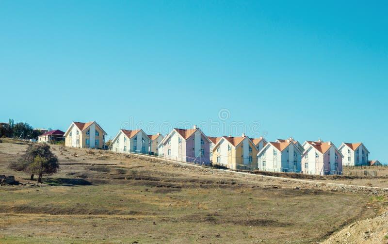 Fila delle case recentemente costruite fotografie stock libere da diritti