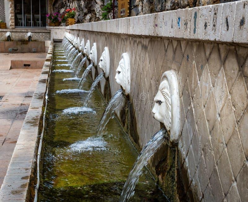 Fila delle fontane della testa del leone in Spili, Creta fotografia stock