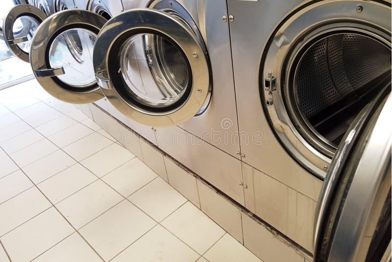 Fila delle lavatrici in una lavanderia automatica di self service immagini stock