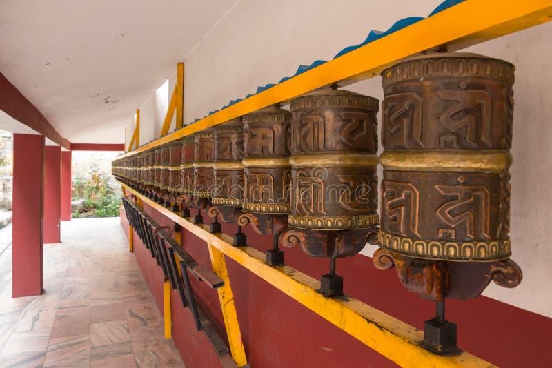 Fila delle ruote di preghiera ben utilizzato, buddista himalayano Mona di Nyinmapa immagine stock