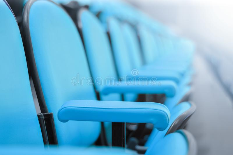 Fila delle sedie alta vicina in sala del consiglio sedili in un auditorium vuoto fotografia stock