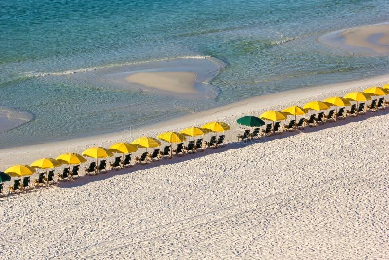 Fila delle sedie e degli ombrelli di spiaggia fotografie stock libere da diritti