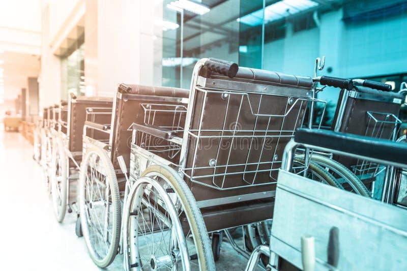 Fila delle sedie a rotelle nell'ospedale fotografia stock