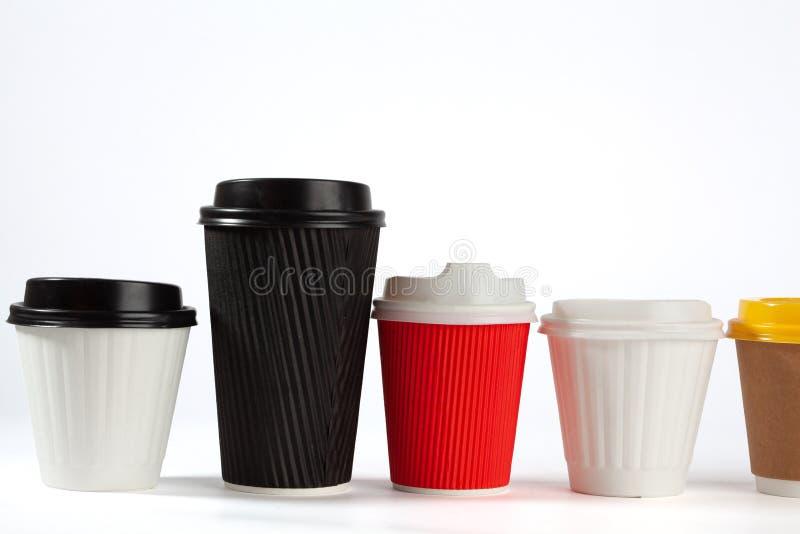 Fila delle tazze di caffè con i coperchi fotografia stock
