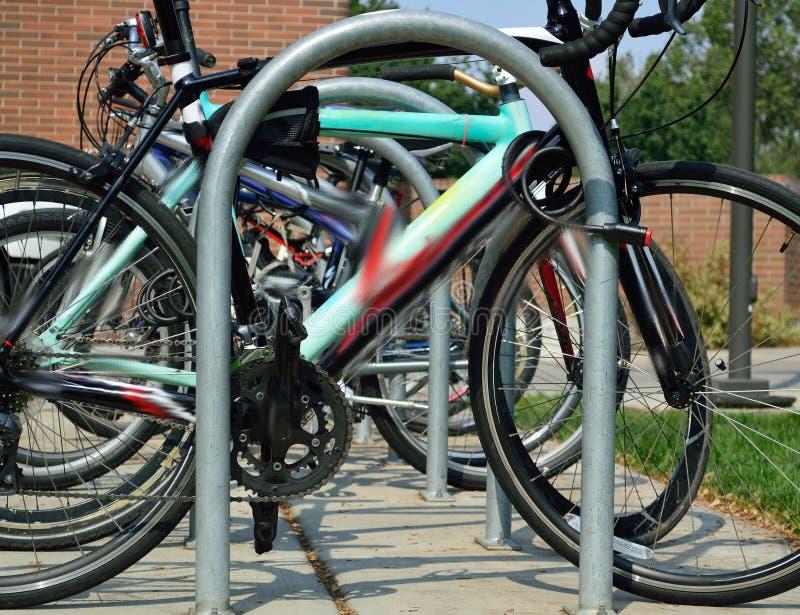 Fila dello studente Bicycles sulla città universitaria di nuovo alla scuola immagini stock libere da diritti