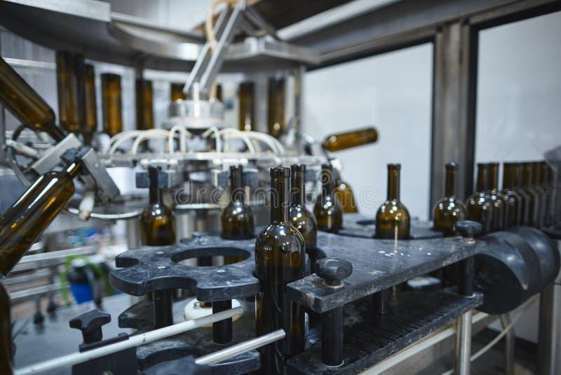 Fila di capovolgersi di vetro delle bottiglie di vino fotografia stock libera da diritti