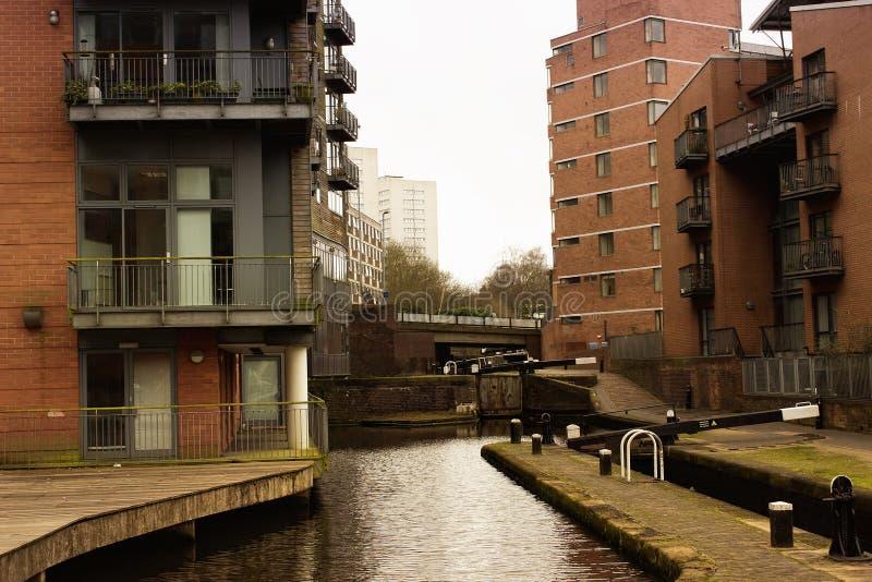 Fila di case lungo il canale in Inghilterra, Birmingham fotografie stock