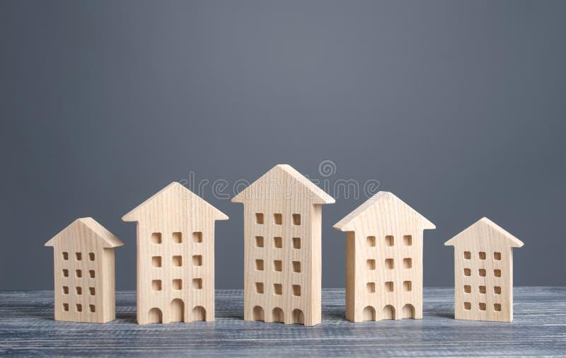 Fila di cifre in legno degli edifici residenziali Custodia conveniente Cerca in appartamento delle opzioni migliori per l'acquist immagini stock libere da diritti