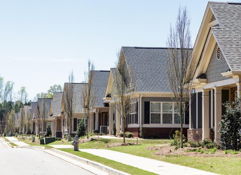 Fila di nuove case urbane del condominio immagini stock libere da diritti