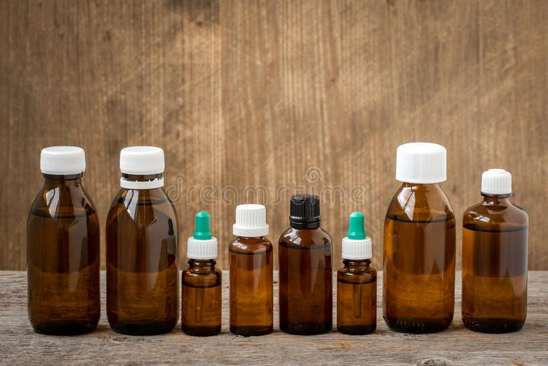 Fila di piccole bottiglie con la soluzione medicinale immagini stock