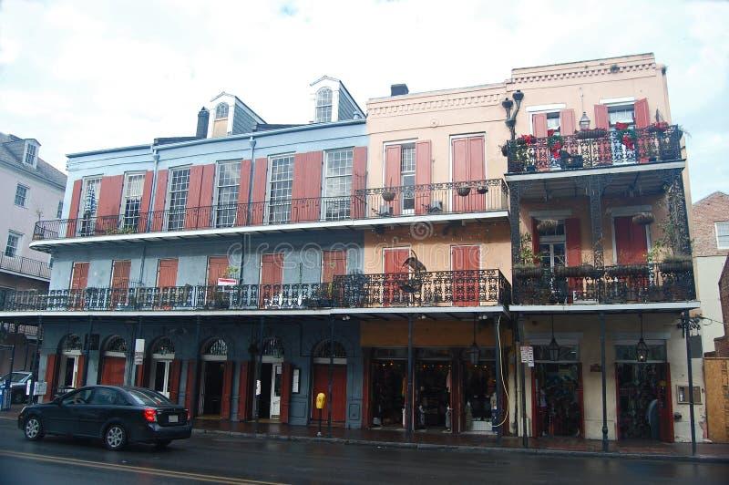 Fila di vecchie costruzioni stile spagnola nel quartiere francese di New Orleans fotografie stock libere da diritti