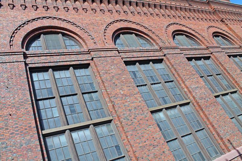 Fila di Windows su una costruzione di mattone rosso fotografie stock