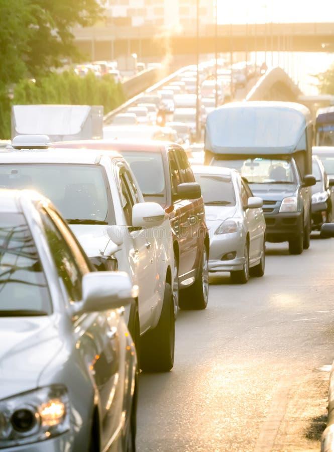 Fila do carro na estrada má do tráfego no dia do tempo muito quente imagem de stock