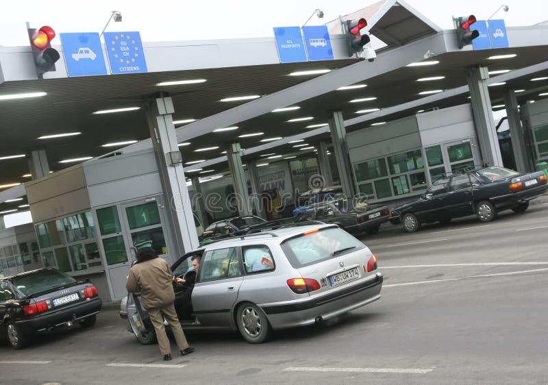 Fila dos carros que esperam na passagem fronteiriça Polimento-ucraniana foto de stock royalty free