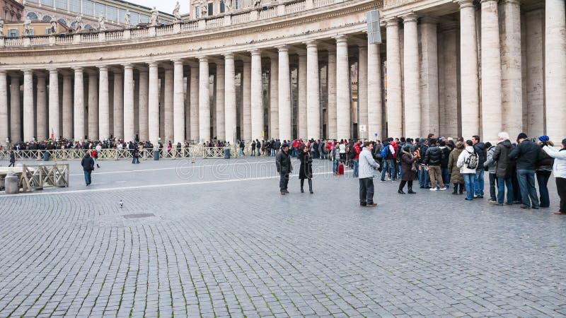 Fila dos visitantes a St Peter Basilica no Vaticano fotos de stock