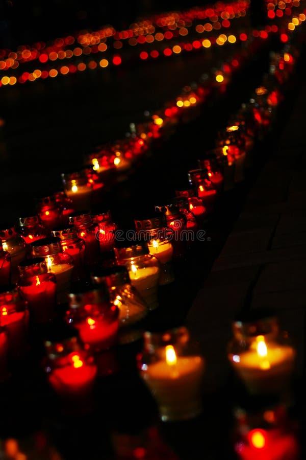Fila hermosa de velas fúnebres rojas fotografía de archivo