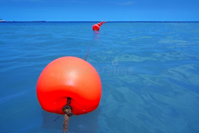Fila roja de la boya que flota el mar azul con el primer de la cuerda imagen de archivo libre de regalías